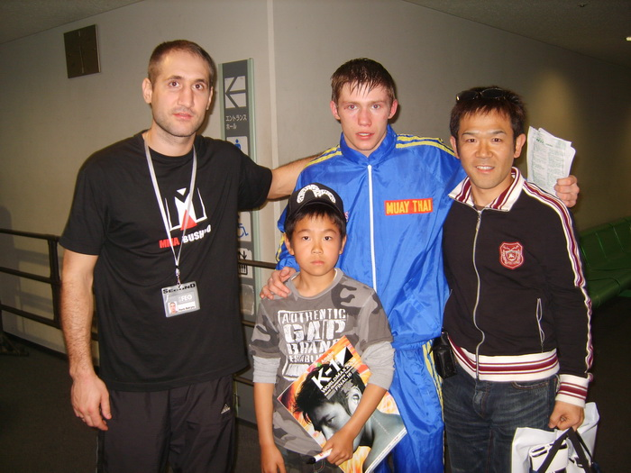 Артур Кишенко принимает поздравления у друзей из японии после победго боя