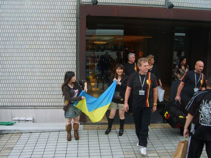 Японские фанатки караулят артура при выходе из гостинницы